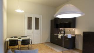 Krásný prostorný plně zařízený byt 3+1 v 3 . patře domu s výtahem po rekonstrukci, v prestižní lokalitě na Praze 2 Nové Město, nedaleko Václavského náměst