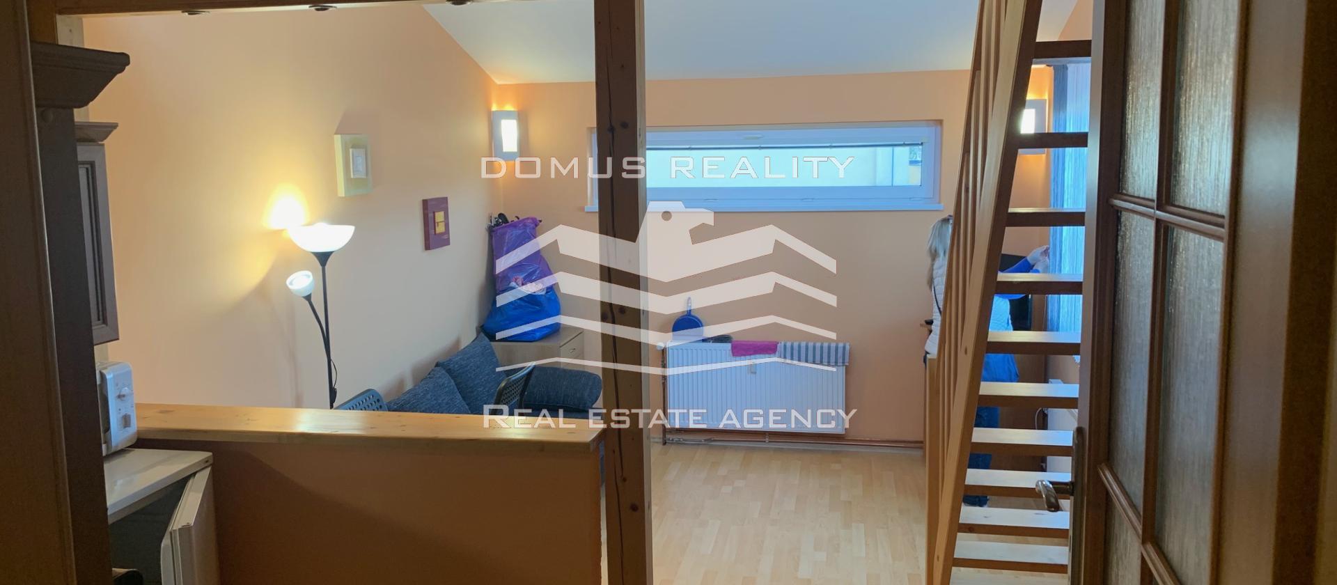 V exkluzivním zastoupení nabízíme k pronájmu byt o velikosti 30 m2 s vestavěným patrem na spaní