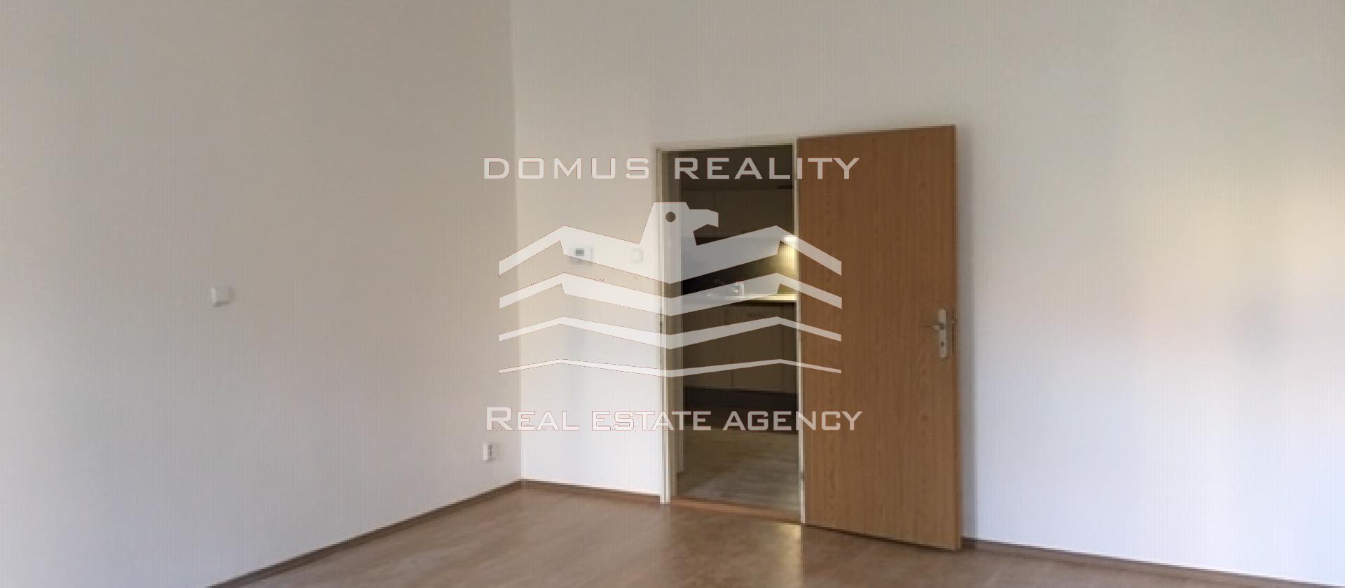 Krásný, zrekonstruovaný, nezařízený byt 2+1 (68 m2) ve 1. patře cihlového domu v ulici Navratilová