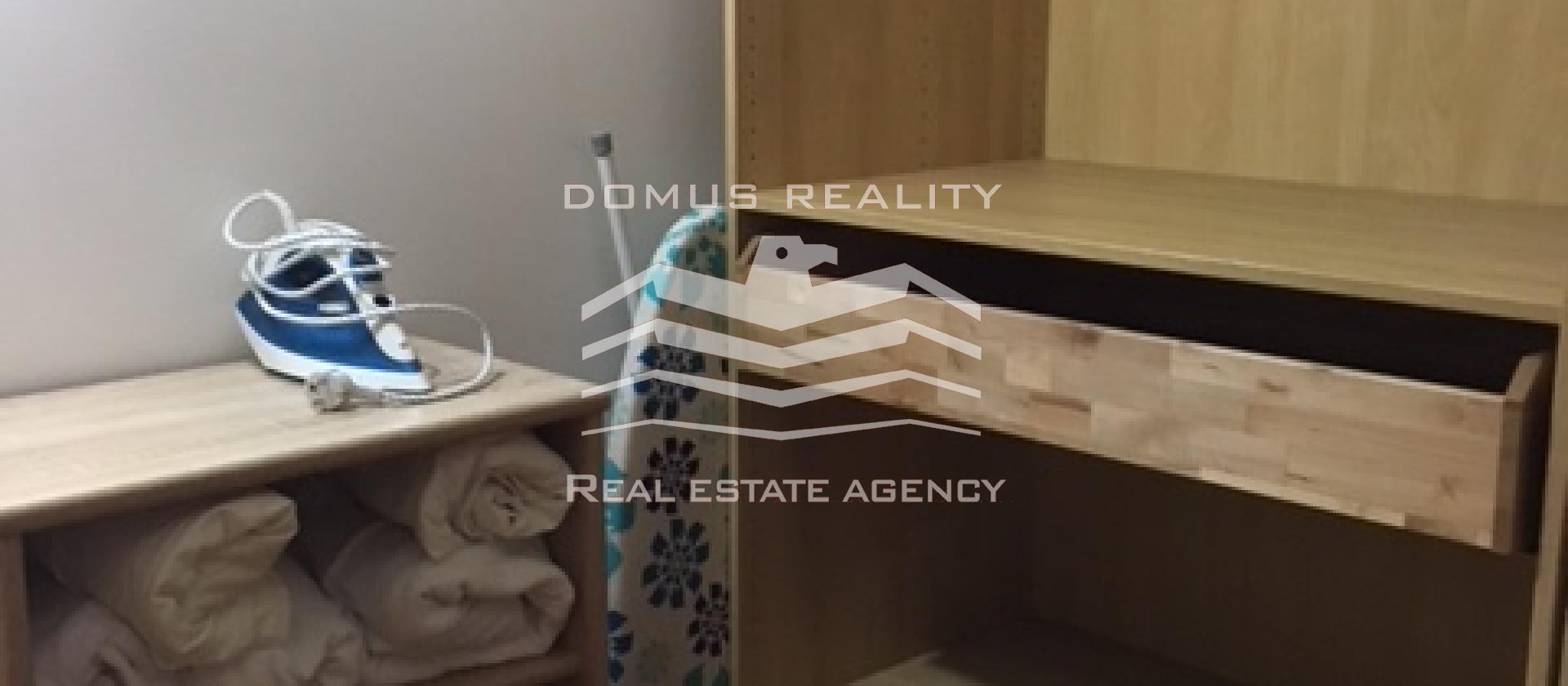 Nabízíme k pronájmu prostorný zařízený zrekonstruovaný byt se 2 koupelnami