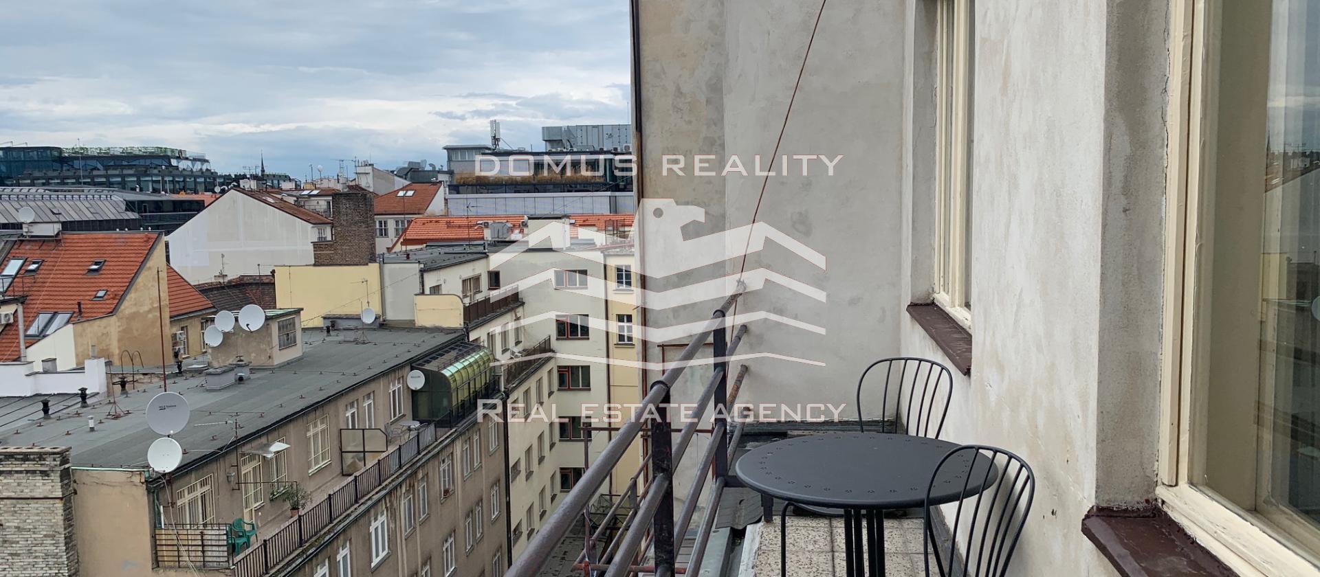 Nabízíme krásný a moderně zařízený byt 2+ kk  umístěný v 5. patře s výtahem kvalitně zrekonstruovaného domu