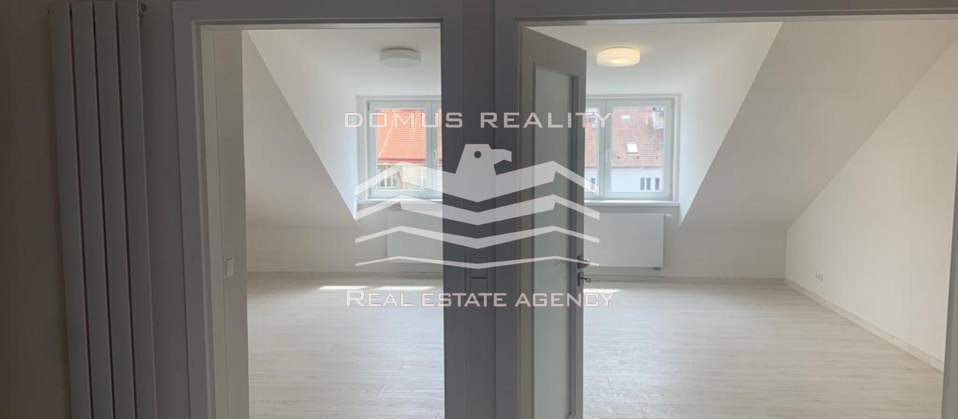 K okamžitému pronájmu je připravený ÚPLNĚ NOVÝ prostorný jednoložnicový byt s dispozičním řešením 3+kk