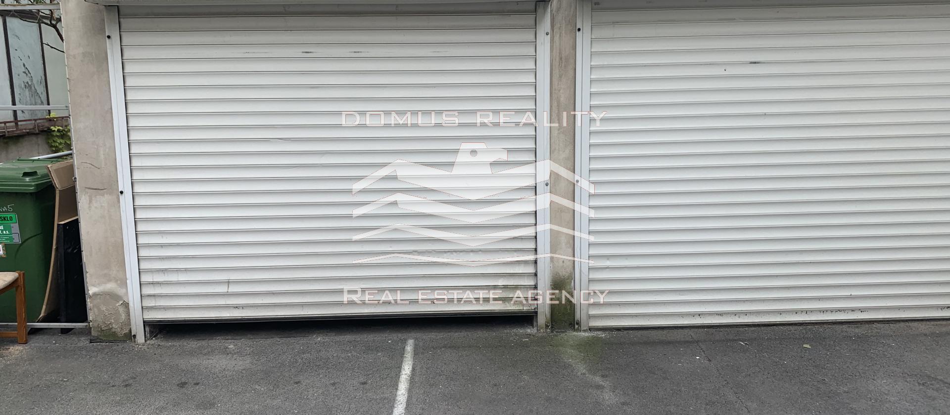 Nabízíme k pronájmu 2 samostatné garáže (k parkování či uskladnění věcí),