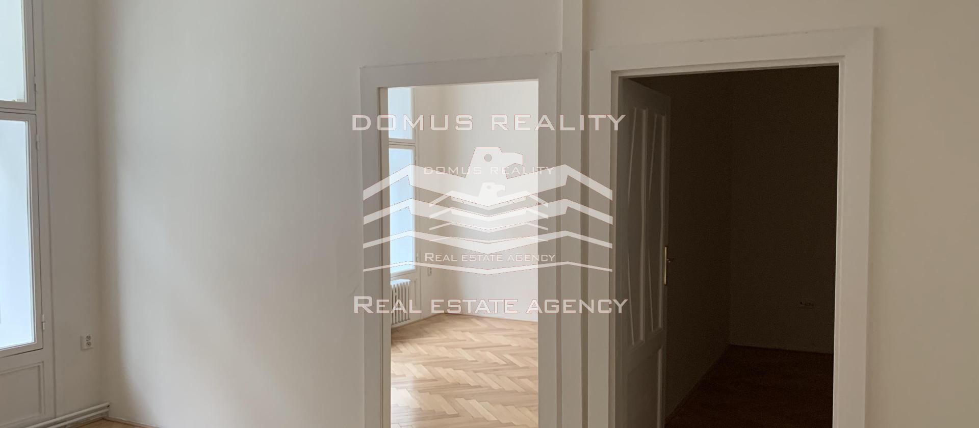 Nabízíme k pronájmu reprezentativní a zrekonstruovanou kancelář 3+1 o užitné velikosti 96 m² ve vyhledávané lokalitě na Praze 1.