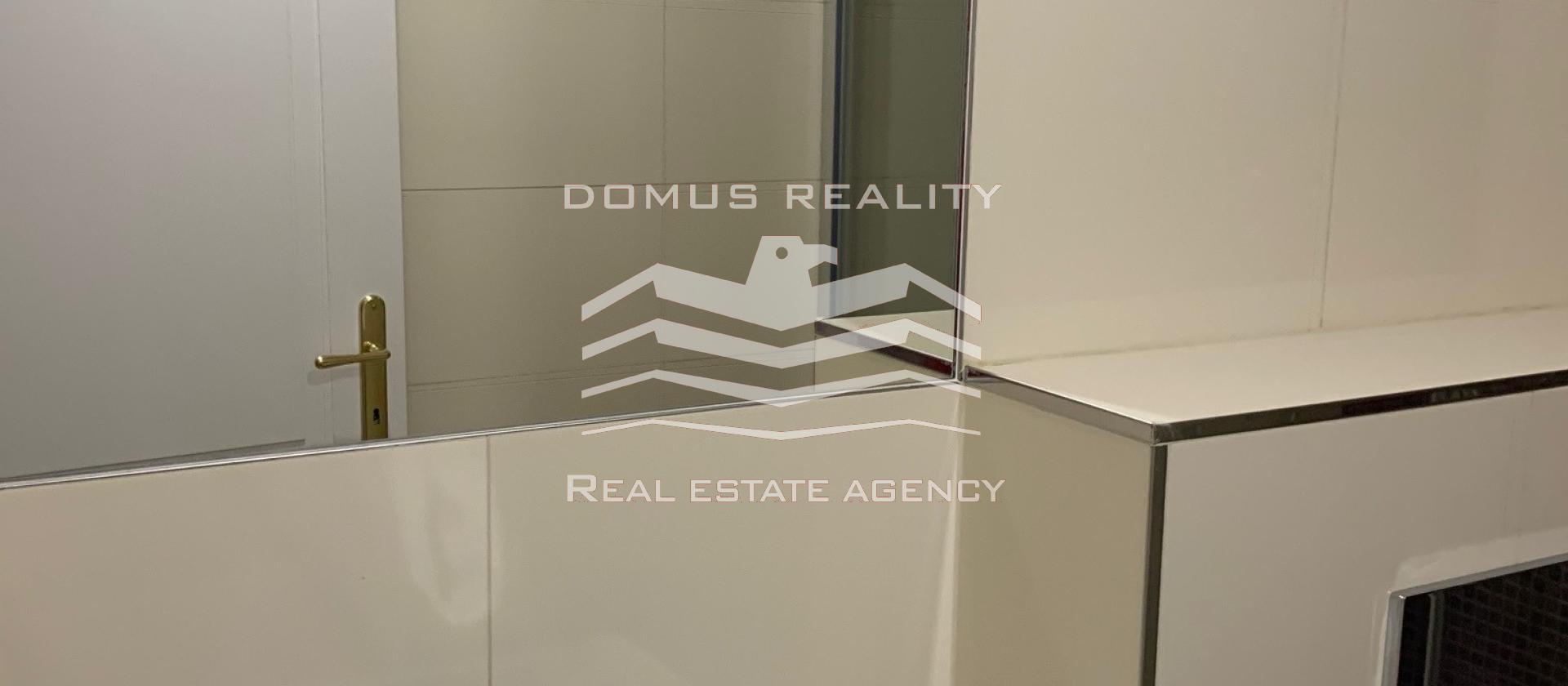 Nabízíme k pronájmu zrekonstruovaný a vybavený byt 1+kk, 26 m2 s velkou terasou 13 m2,