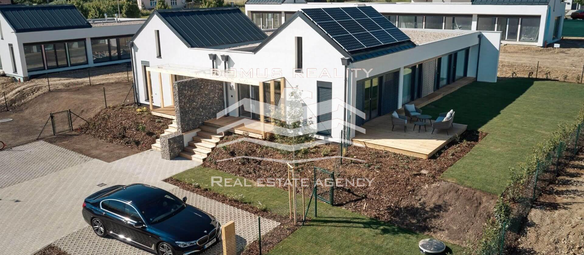 Moderní a ekologické bydlení na výjimečném místě – to je projekt Black Roofs
