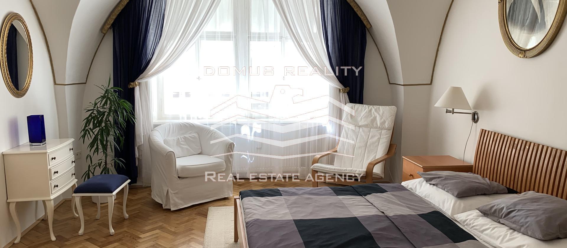 Velmi krásný a světlý byt 3+1 o rozloze 97 m2 s velkou vstupní halou se nachází v secesním cihlovém domě v blízkosti v centru Prahy 1