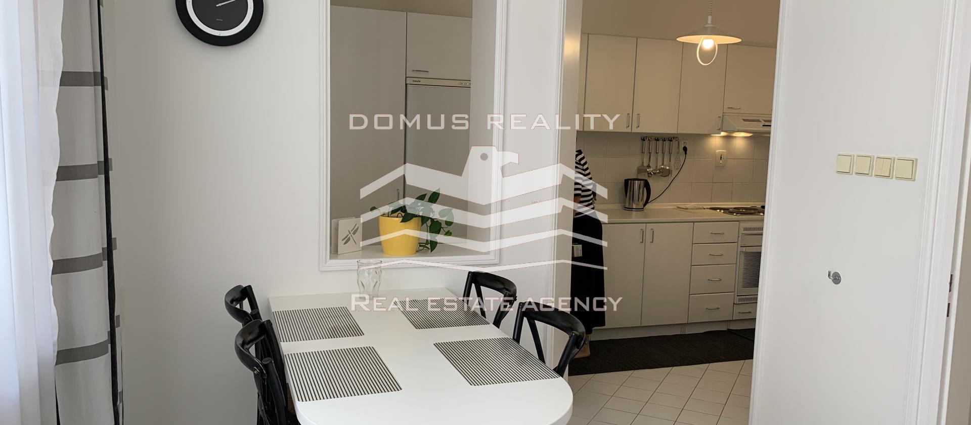 Velmi krásný a světlý byt 3+1 o rozloze 97 m2 s velkou vstupní halou se nachází v secesním cihlovém domě v blízkosti v centru Prahy 1- Nové Město