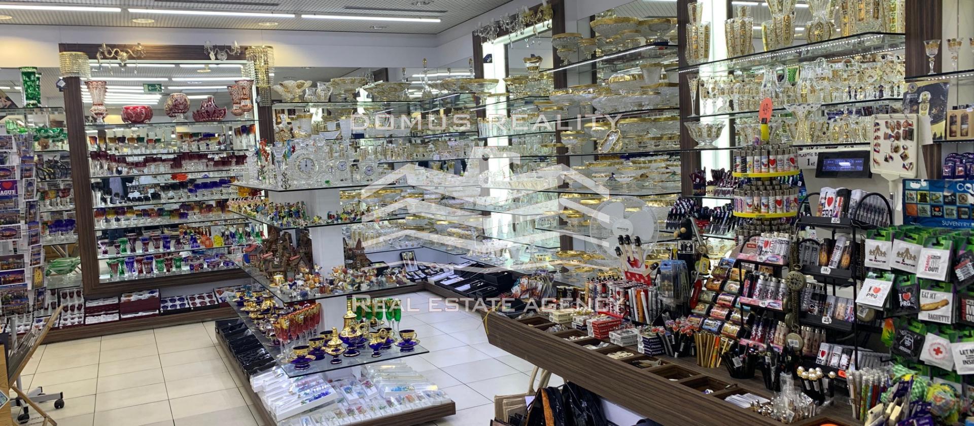 Dovolujeme si Vám nabídnout obchodní prostory o výměře 200 m2 , které se nacházejí na velmi frekventované ulici Mostecká