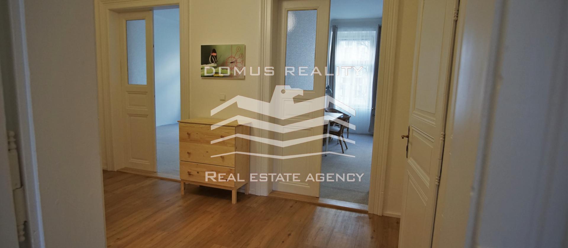 Domus reality  nabízí k pronájmu byt 3+kk o ploše 80 metrů čtverečních, ve druhém patře na adrese Korunní  - Vinohrady