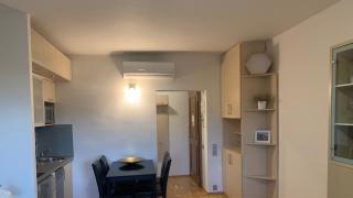 Velmi pěkný, slunný byt 2+kk je situován ve 5. patře cihlového domu s výtahem v centru Prahy na Starém Městě.