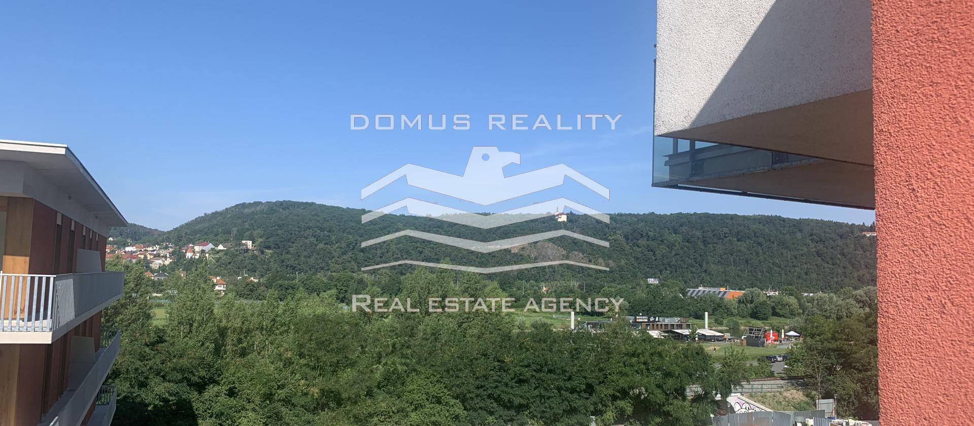 Domus reality nabízí k pronájmu nezařízený byt 2+kk o velikosti 90 m2 s balkonem, garáží a sklepem v ceně.