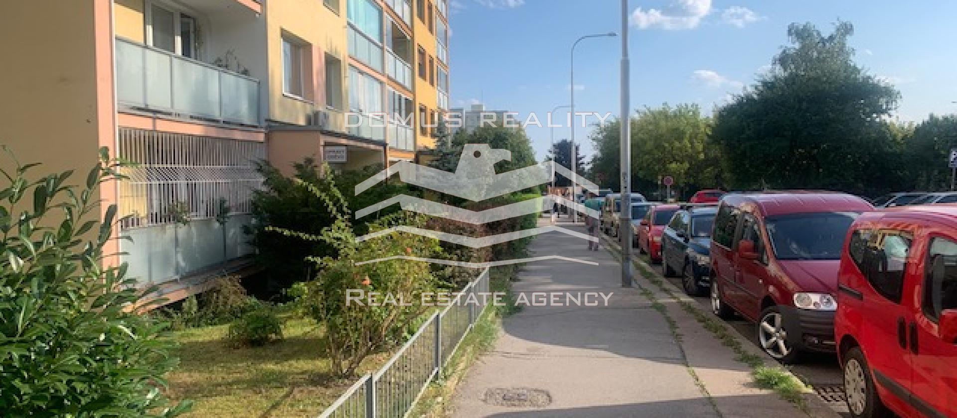 Nabízíme k pronájmu krásný a kompletně zařízený byt 4+1  o celkové užitné ploše 100 m2