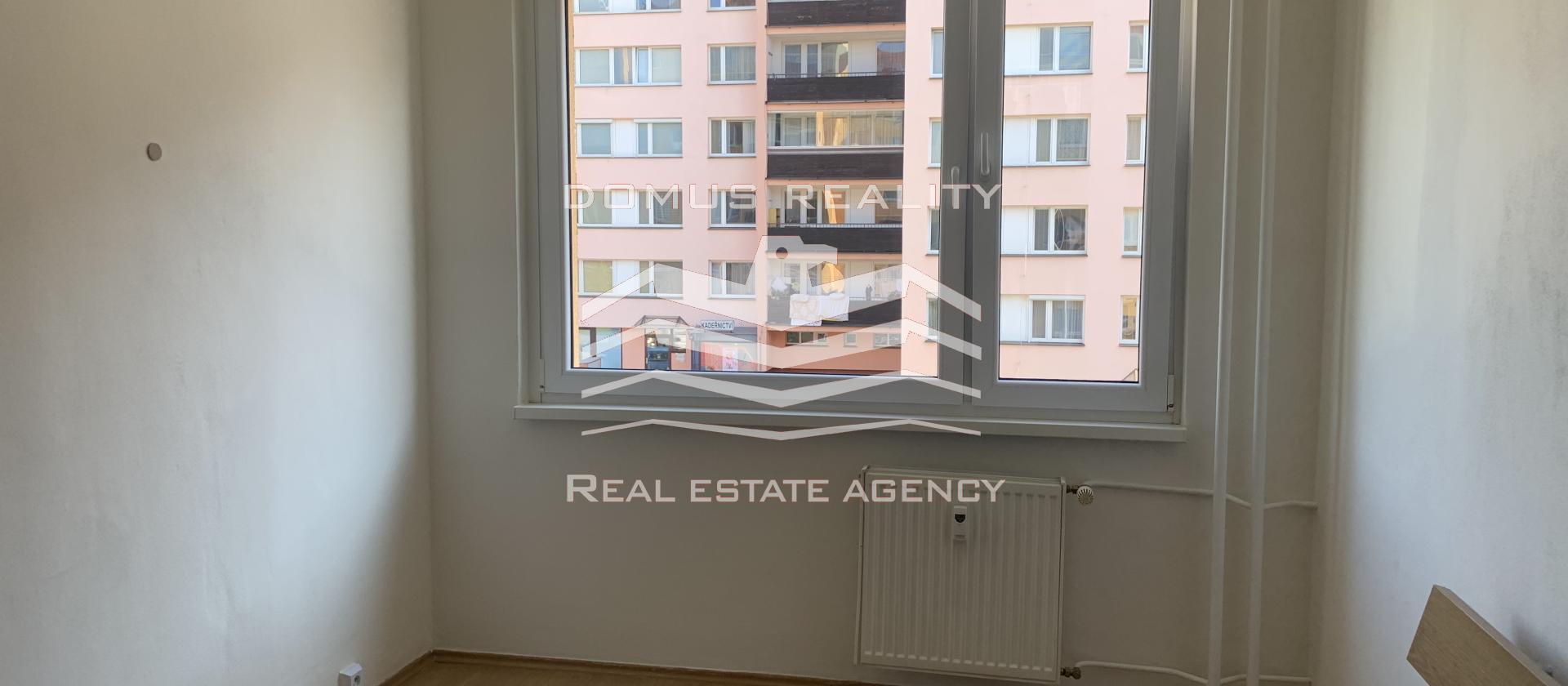 Nabízíme pronájem pěkného bytu 3+1, o ploše 80 m2, v 2. patře panelového domu s výtahem,
