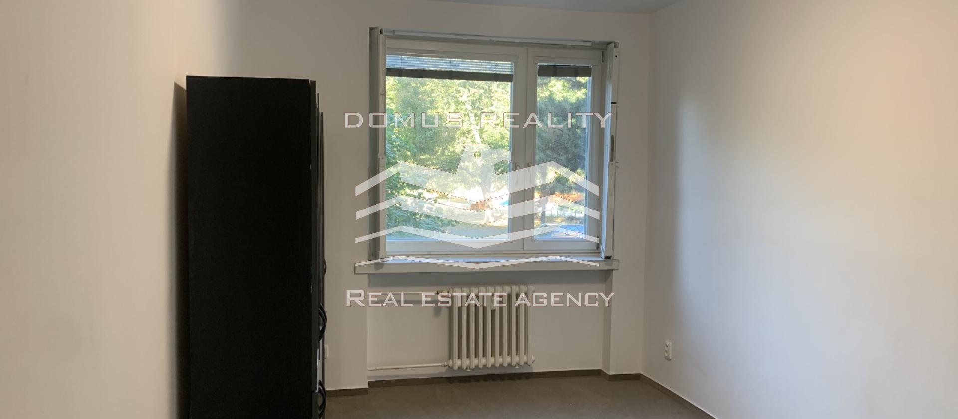 Exkluzivně pronajmeme byt ve pěkném a klidném místě o dispozici 3+1 s balkónem, o velikosti 76 m2, v ulici U kněžské louky.