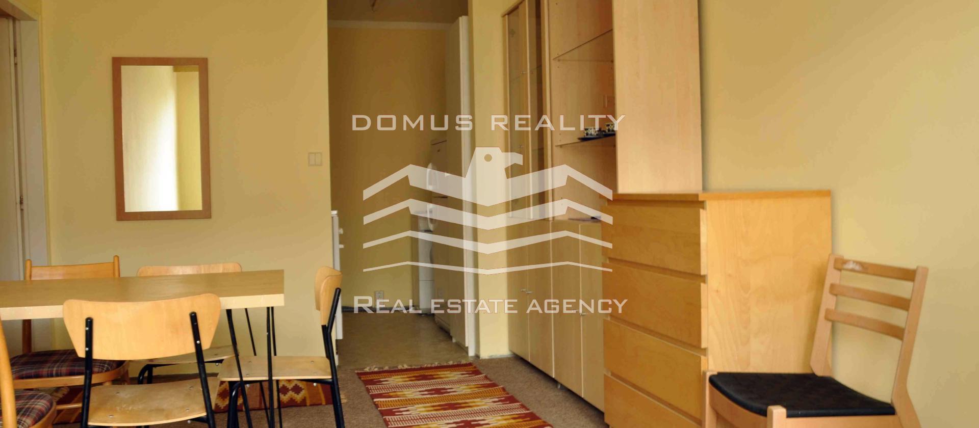 Pěkný byt 2+kk-43m2 se nachází ve 3patře nového panelového domu v ulici Bašteckého na Stodůlkách.