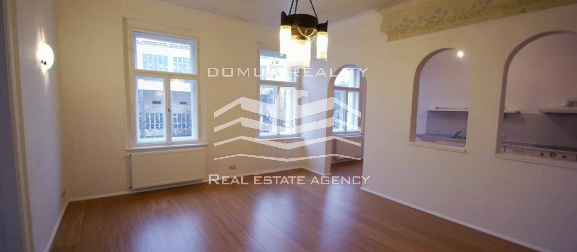 Luxusní, kompletně nově zrekonstruovaný, příjemně světlý a velmi prostorný byt 4+1 s balkonem orientovaným do Riegrových sadů