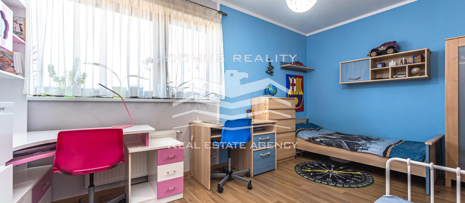 Dovolujeme si Vám nabídnout kompletně a nadstandardně vybavený a světlý byt o dispozici 3+kk, 97m2 velký s balkonem  a krásným výhledem v lukrativní lokalitě Prahy 9 Horní Počernice