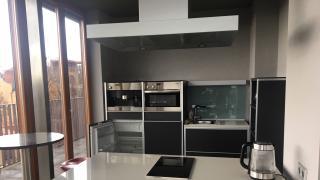 Nabízíme k prodeji byt o velikosti 2+kk (112 m2) s terasou (117 m2), sklepem a dvěma parkovacími stáními v garážích domu v luxusním projektu