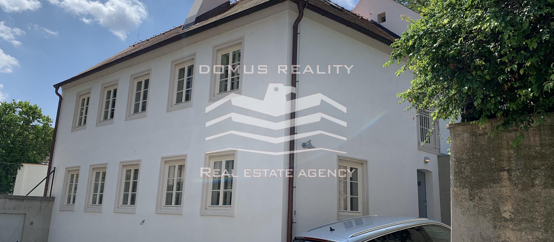 Pěkný, nově zrekonstruovaný rodinný dům se zahradou 421 m2, garáží a terasou v blízkosti parku Podbaba