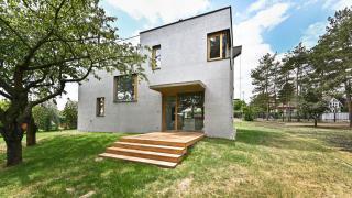 Exklusivně nabízíme k pronájmu nový, dvoupodlažní rodinný dům s terasou a velkou zahradou