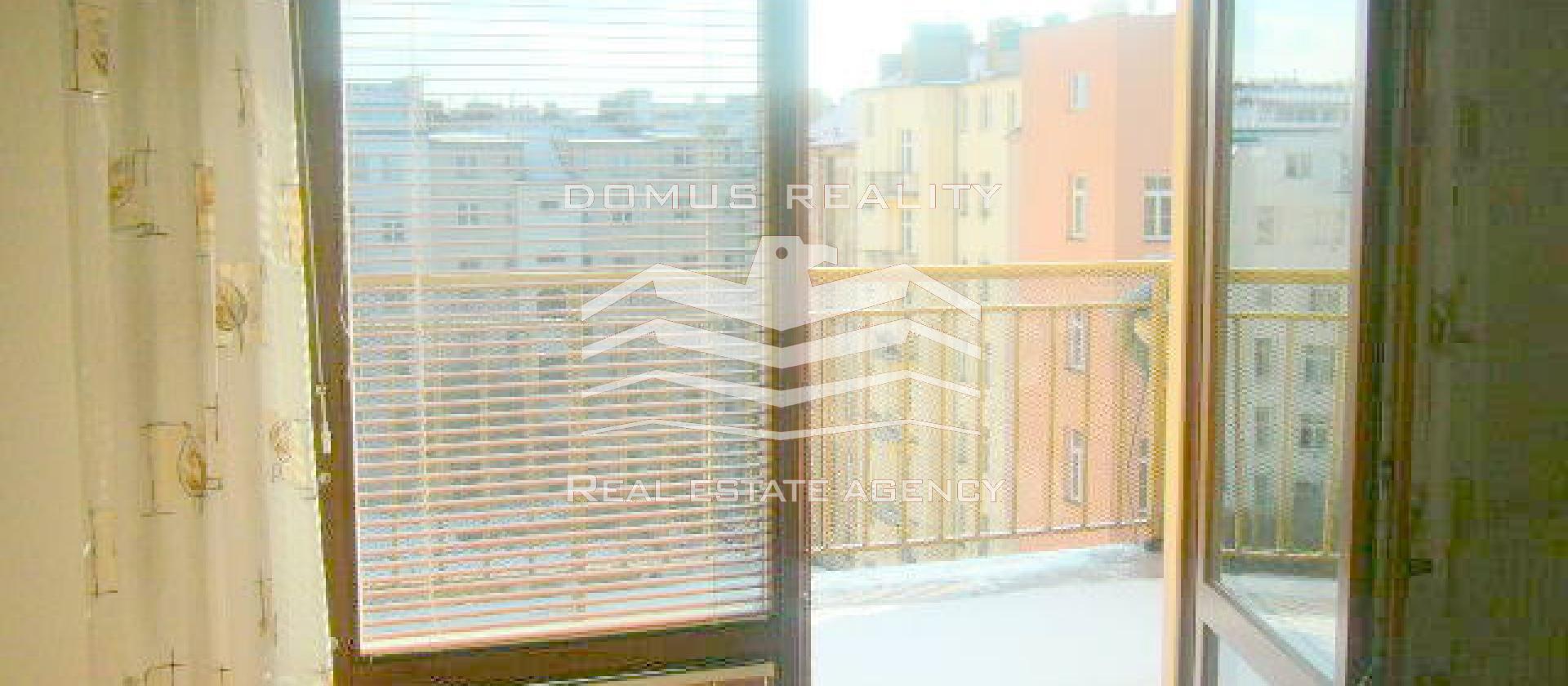Velmi krásný, prostorný mezonetový byt situačně je řešen jako 4+kk s neprůchozími pokoj