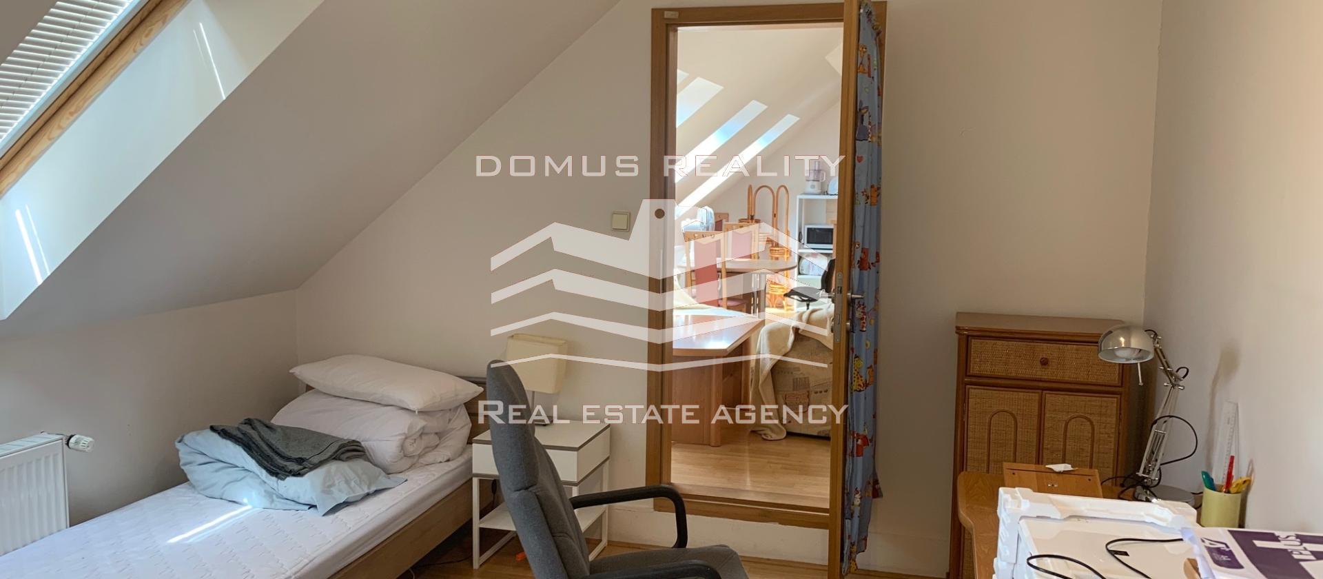 Velmi krásný, prostorný mezonetový byt dispozičně  je řešen jako 4+kk s neprůchozími pokoji
