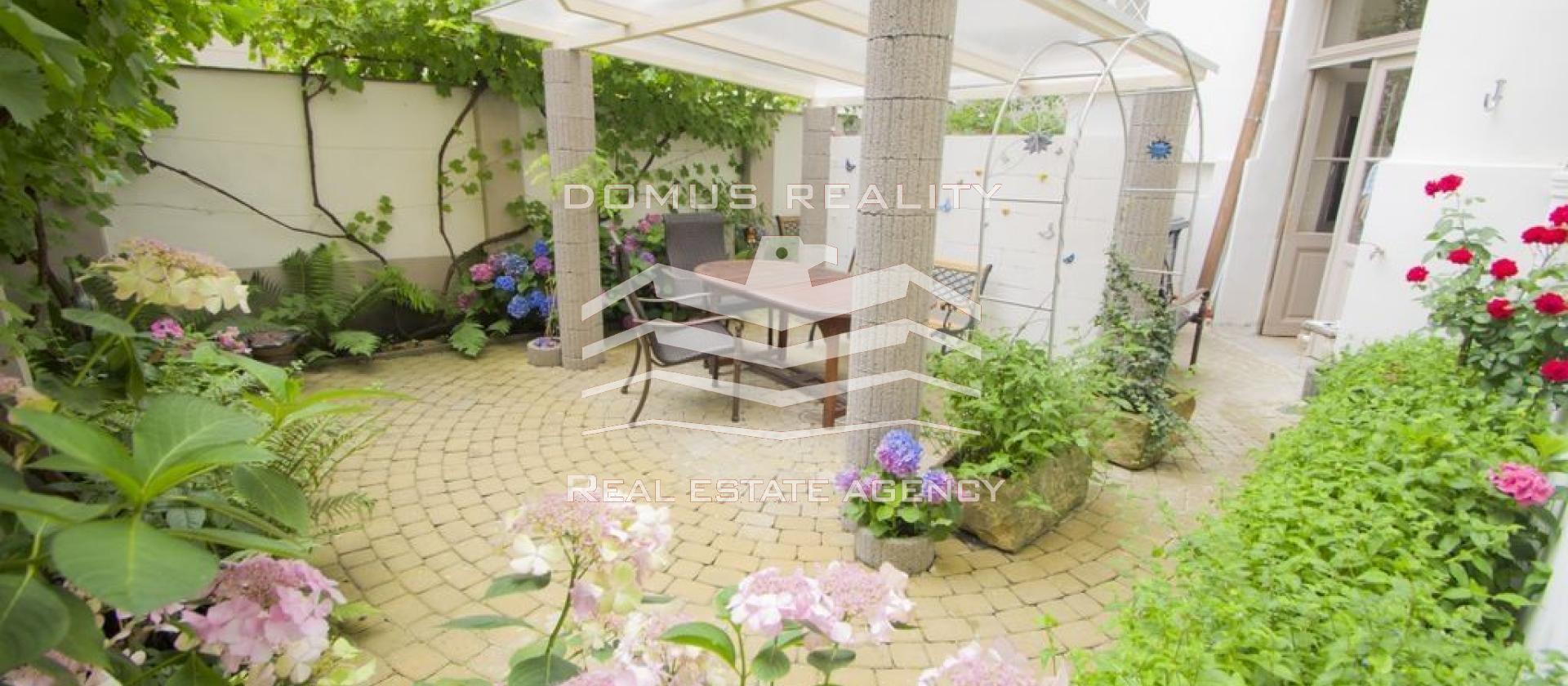 Luxusní, kompletně nově zrekonstruovaný, příjemně světlý a velmi prostorný byt 4+1
