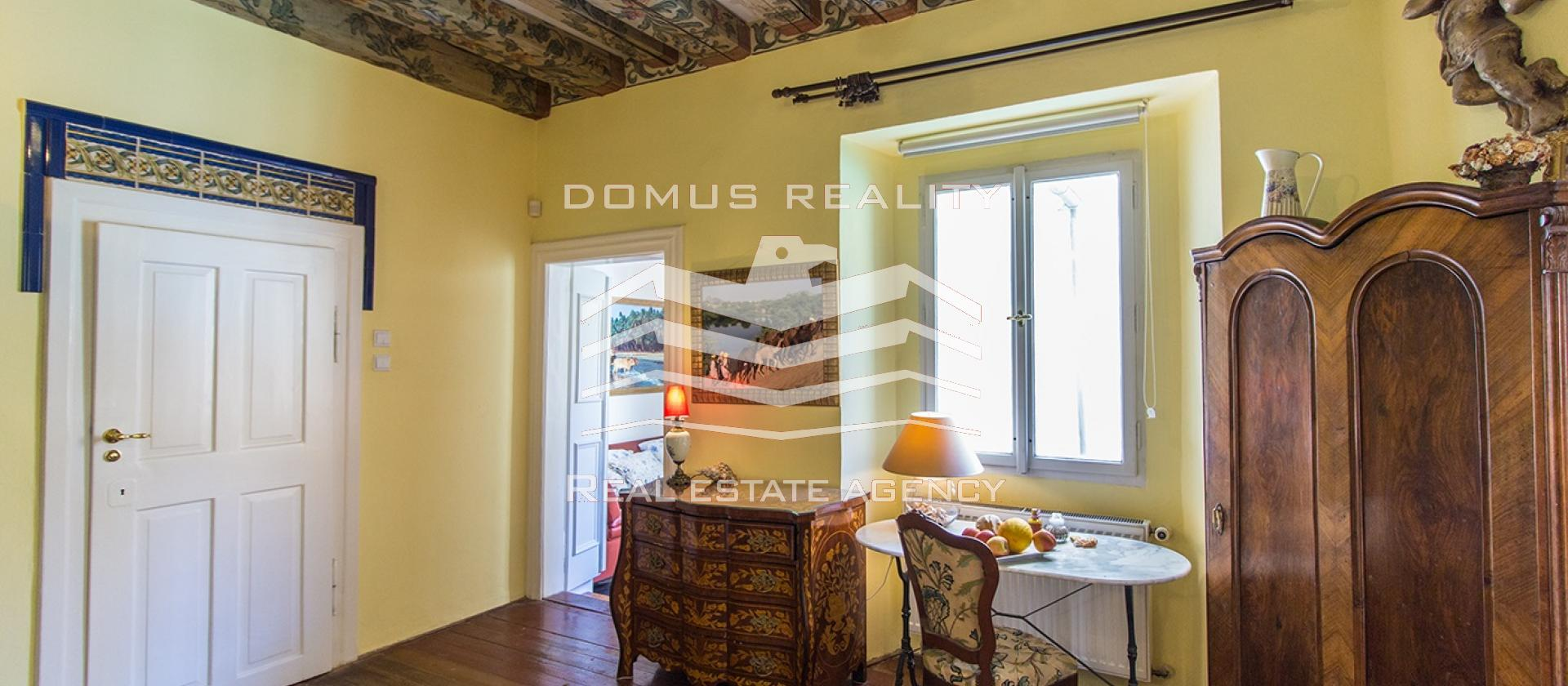 Velmi pěkný, po rekonstrukci byt 3+1-95 m2 se nachází ve 1 .p. cihlového domu