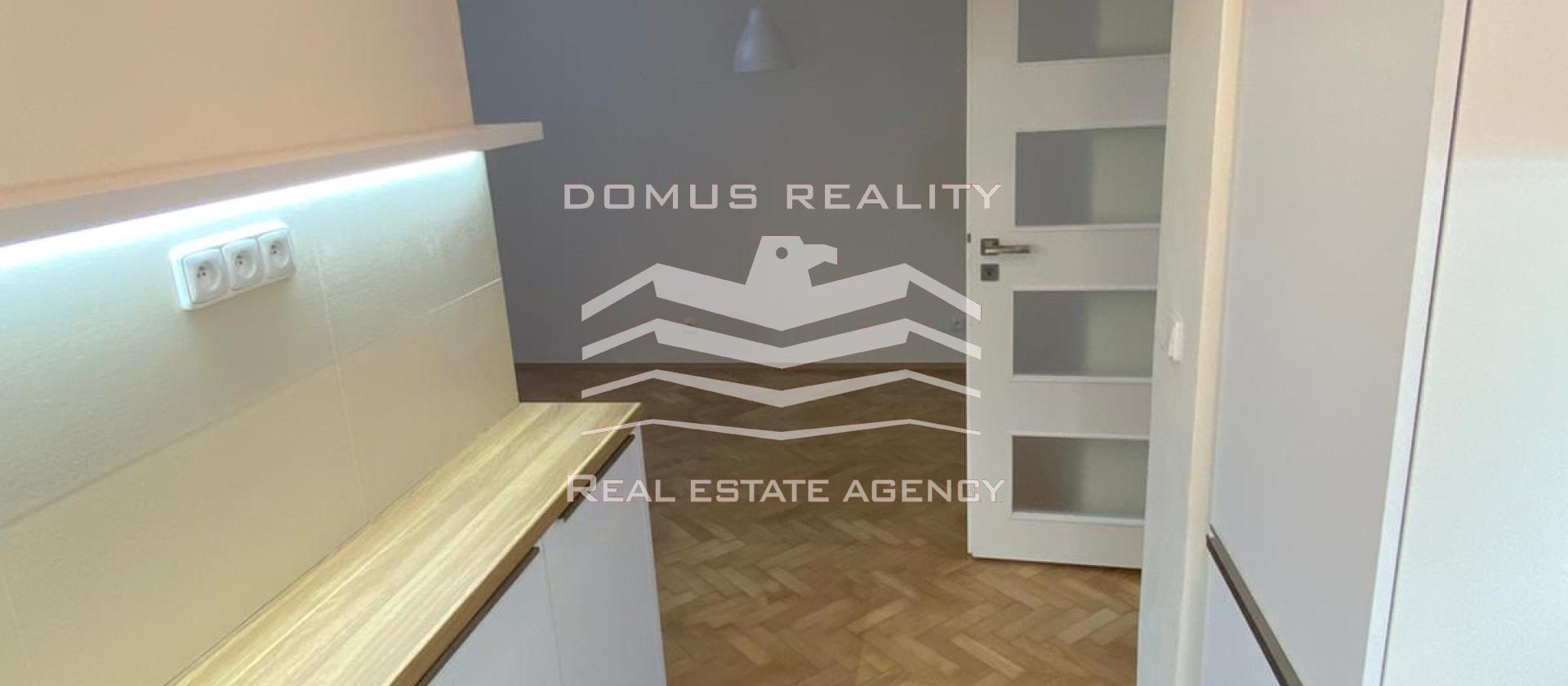 K okamžitému pronájmu je připravený ÚPLNĚ NOVÝ prostorný jednoložnicový byt s dispozičním řešením 2+kk