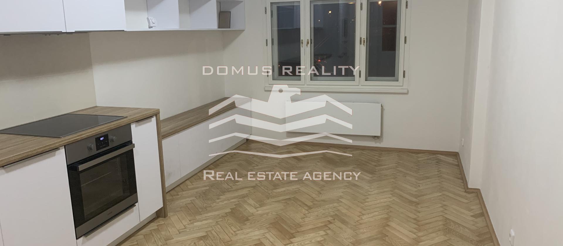 K okamžitému pronájmu je připravený ÚPLNĚ NOVÝ prostorný jednoložnicový byt s dispozičním řešením 2+kk v domě na OHRADĚ - ŽIŽKOV.