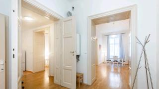 Pronájem plně zařízeného, velkorysého bytu v srdci Prahy, ve 2. nadzemním podlaží historického domu na adrese Opletalova , Praha 1.