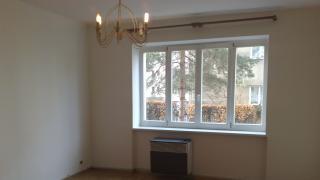 Pěkný a udržovaný byt , dva neprůchozí pokoje a kuchyňská linka v chodbě bytu
