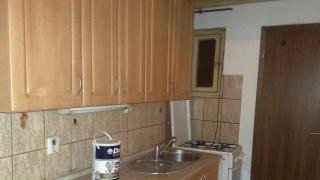 Pěkný a udržovaný byt , dva neprůchozí pokoje a kuchyňská linka v chodbě bytu se nachází v cihlovém domě