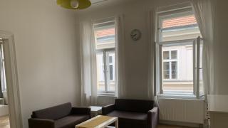 Krásný, prostorný, plně zařízený byt 3+kk (80m2) se nachází v druhém nadzemním podlaží cihlového domu v perfektní lokalitě - Opatovická ulička, Praha 1 - Nové Město