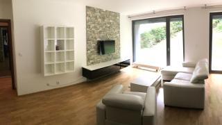 Pronajmu velice pěkný byt o dispozici 2₊kk (77m2) se ZAHRÁDKOU (213 m2), s parkovacím stáním a sklepní kójí.