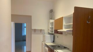 Nabídka pronájmu nezařízeného bytu 1+1 , který se nachází ve 1.p. cihlového domu  v Praze 5- Smíchov.