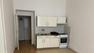 Nabízíme k dlouhodobému pronájmu byt 2+kk patro na spání Í  ve 2 patře na adrese Krymská- Vršovice.
