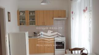 Velmi pěkný, kompletně zařízený byt 1-kk, 31 m2 se sklepem, se nachází v prvním patře cihlové novostavby s výhledem na zeleň.