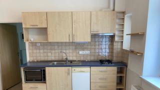 Velmi pěkný byt po rekonstrukci 2+kk -56 m2  se nachází v cihlovém domě v 1.patře bez výtahu.